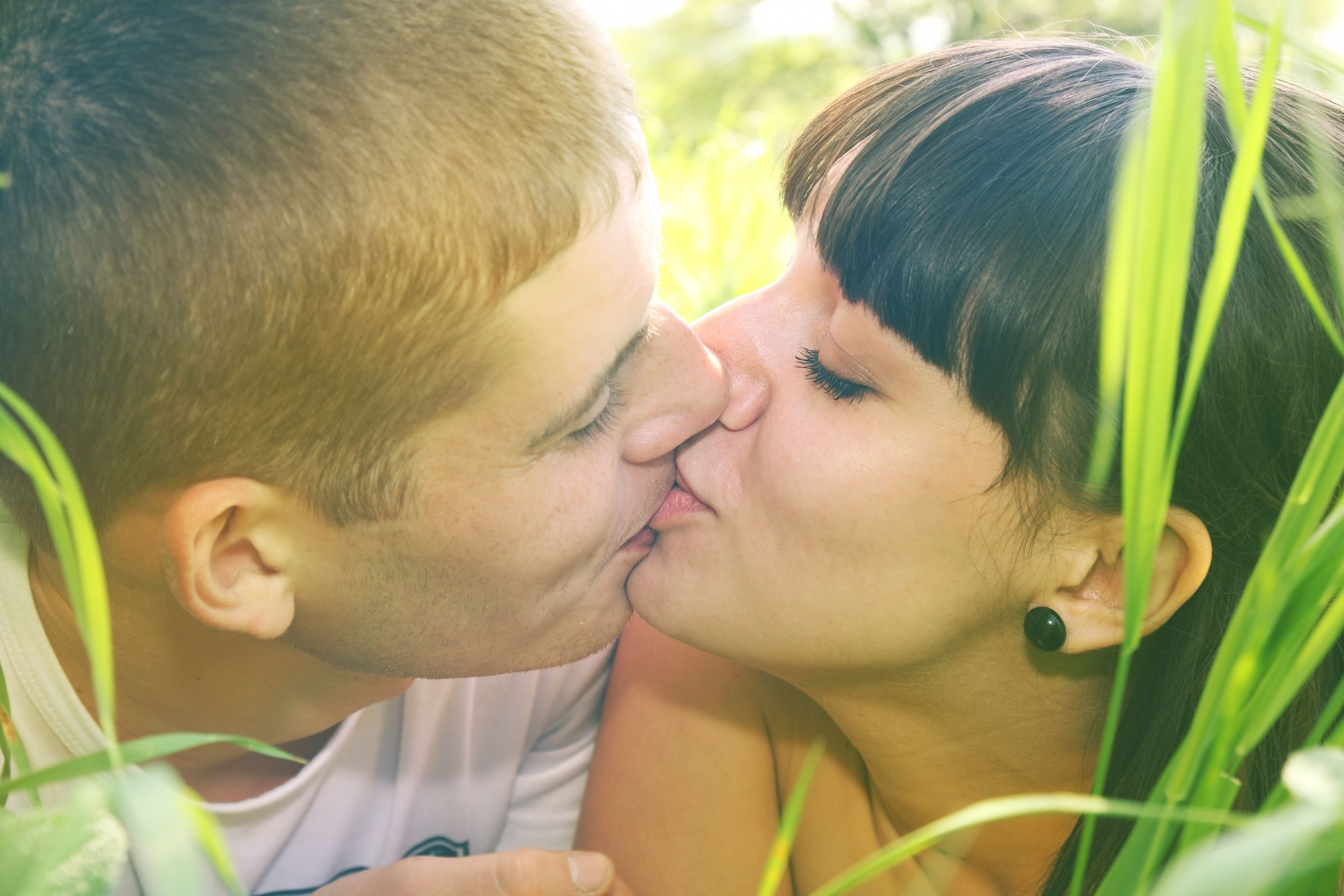 couple_kissing_in_grass